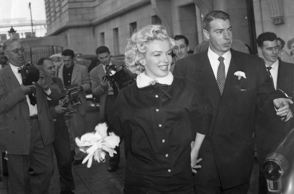 Marylin Monroe y Joe DiMaggio, el dia de su boda en el Ayuntamiento de San Francisco, en enero de 1954.