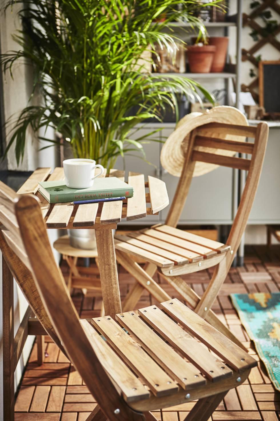 Las sillas de la serie Askholmen son de acacia maciza.