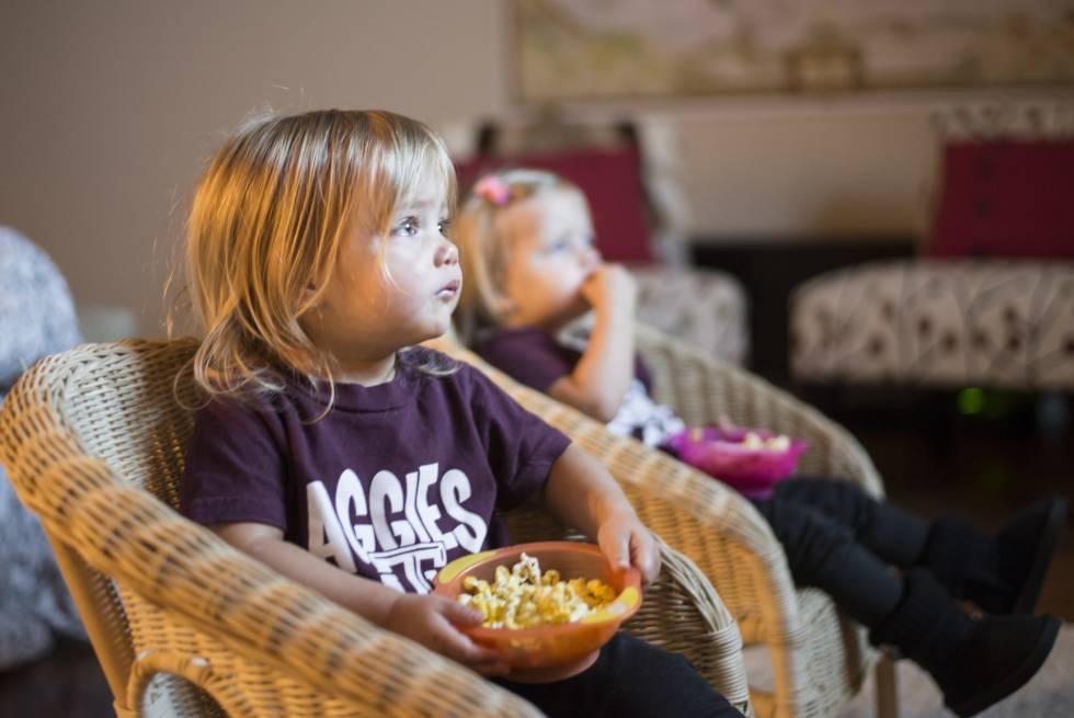 Consumir mucha televisión está asociado a la obesidad infantil.