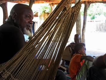 El líder religioso Mansour Diallo, en Diagnet, junto a algunos de sus talibés. Diallo perdió a un hijo y tres sobrinos en el naufragio de 2007.