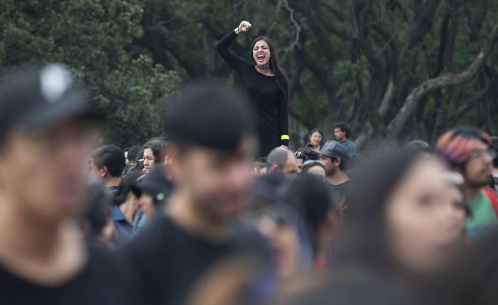 Una mujer grita consignas políticas durante una marcha en México en la Universidad Nacional Autónoma (UNAM).