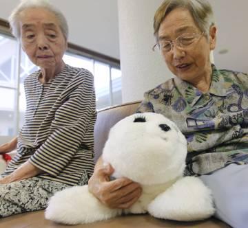 El robot PARO en una residencia de ancianos china.