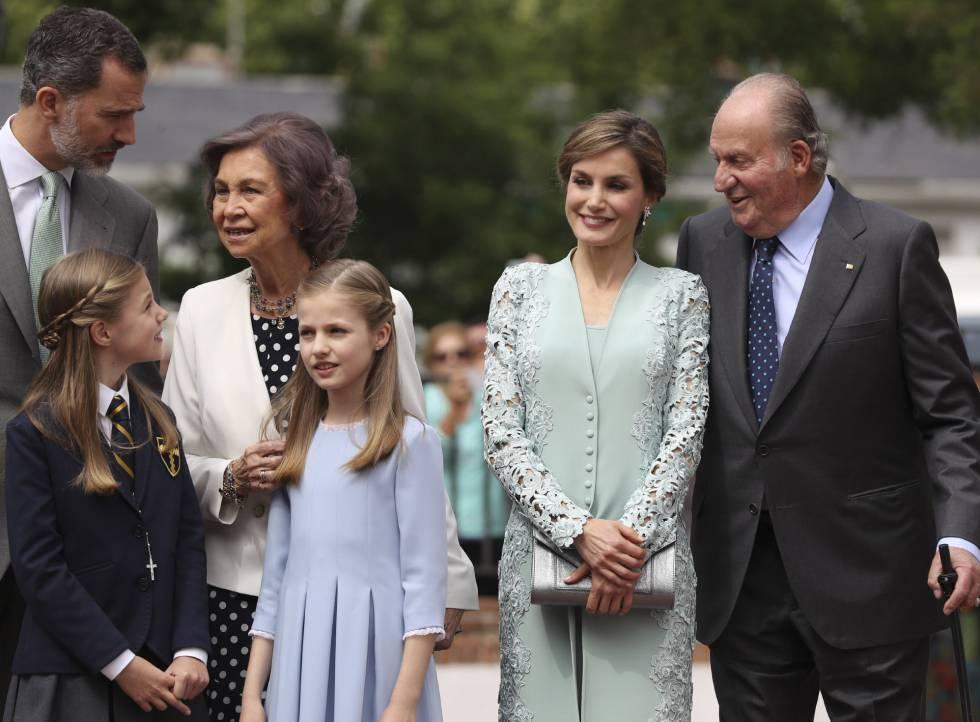 La infanta Sofía, junto a sus padres los Reyes Felipe y Letizia, su hermana y sus abuelos, los reyes eméritos.