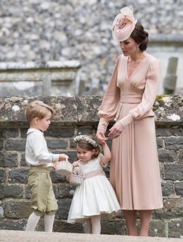 La duquesa de Cambridge, con sus hijos el príncipe Jorge y la princesa Carlota, a la salida de la boda.