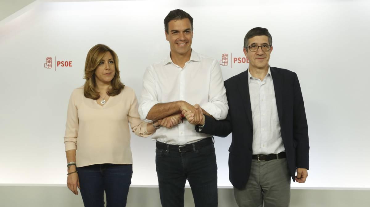 Pedro Sánchez estrecha la mano a Susana Díaz y a Patxi López tras conocerse los resultados.