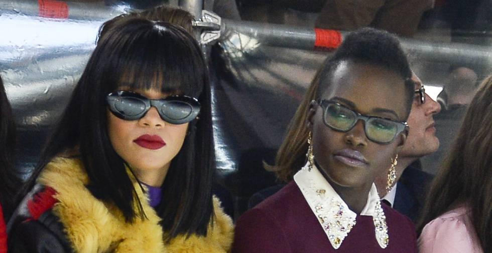 La cantante Rihanna y la actriz Lupita Nyong'o en el desfile de Miu Miu de la Paris Fashion Week de 2014.