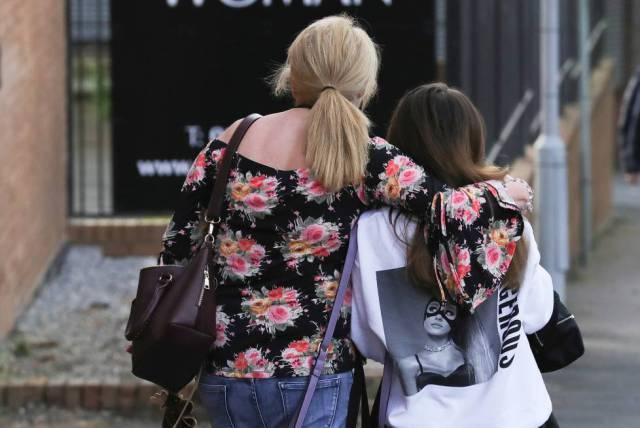 Madre e hija abandonan un hotel donde han pasado la noche tras el atentado.