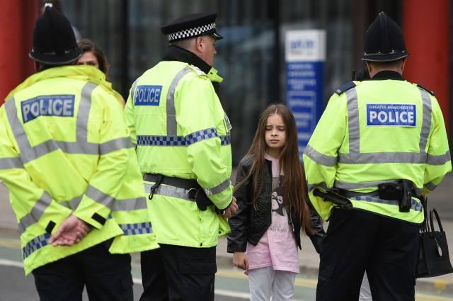 policiais após o ataque em Manchester.