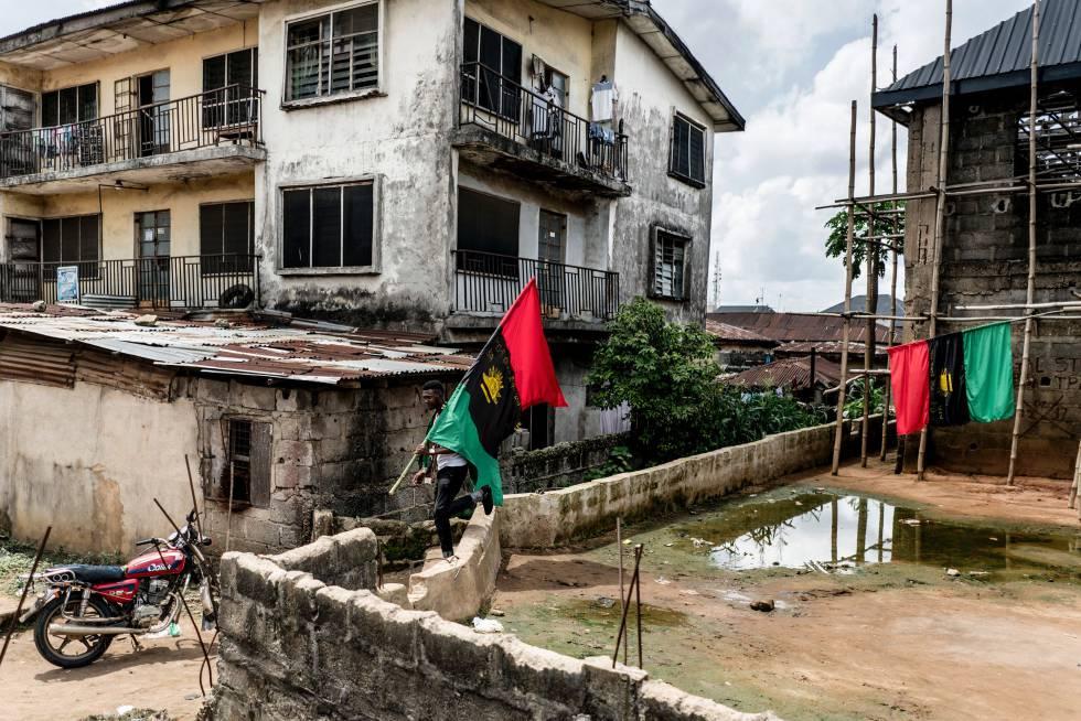 Partidarios de People of Biafra (IPOB) portan la bandera de Biafra en el distrito Osusu de Aba, esta semana.