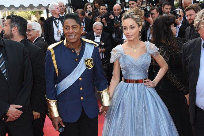 No sabemos qué es peor: si ver al hermano de Michael Jackson -Jermaine Jackson- con ese traje de algo parecido a inspiración militar o a su novia -Maday Velazquez- con un vestido igualito al de la Cenicienta de Disney.