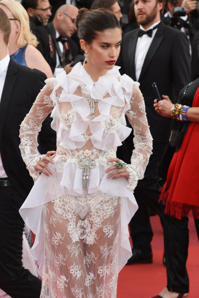 Este Festival de Cannes ha sido, sin duda, el de las modelos. Aquí otro ángel de Victoria's Secret, Sara Sampaio, que al parecer se ha quedado sin buenas amigas que le digan que ese vestido no.