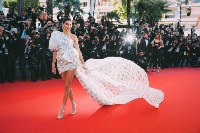 El vestido de la modelo Kendall Jenner es, por decirlo de alguna manera, difícil de definir, pero si está en esta lista es por sus complementos. Baja la vista e intenta olvidar esos calcetines.