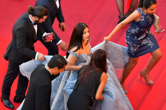 Que cinco personas tengan que ayudarte a subir tu vestido por las escaleras no es práctico. Pero a la actriz india Aishwarya Rai Bachchan parece no importarle ni lo más mínimo.