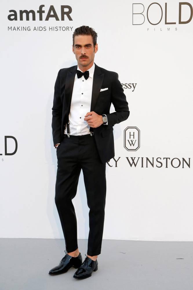 Nada en contra del bigote, de la pose, del traje e incluso de los tirantes. El problema del modelo Jon Kortajarena está abajo. Igual se nos está yendo de las manos eso de ir sin calcetines a toda costa. Lo hizo Kortajareta en la gala Amfar, dentro de los actos del Festival de Cannes