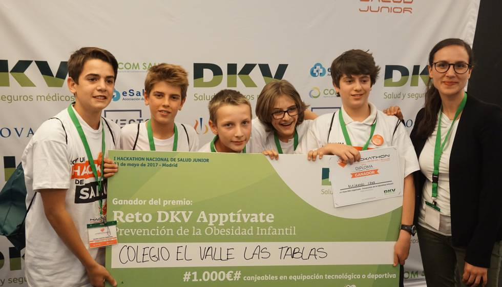 Estudiantes del Colegio El Valle-Las Tablas reciben el premio del  'Hackathon de Salud Junior'.