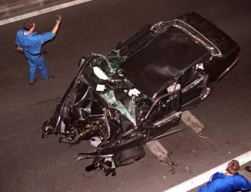 El Mercedes siniestrado en el que perdieron la vida Diana de Gales y Dodi Al-Fayed, tras un accidente el 31 de agosto de 1997.