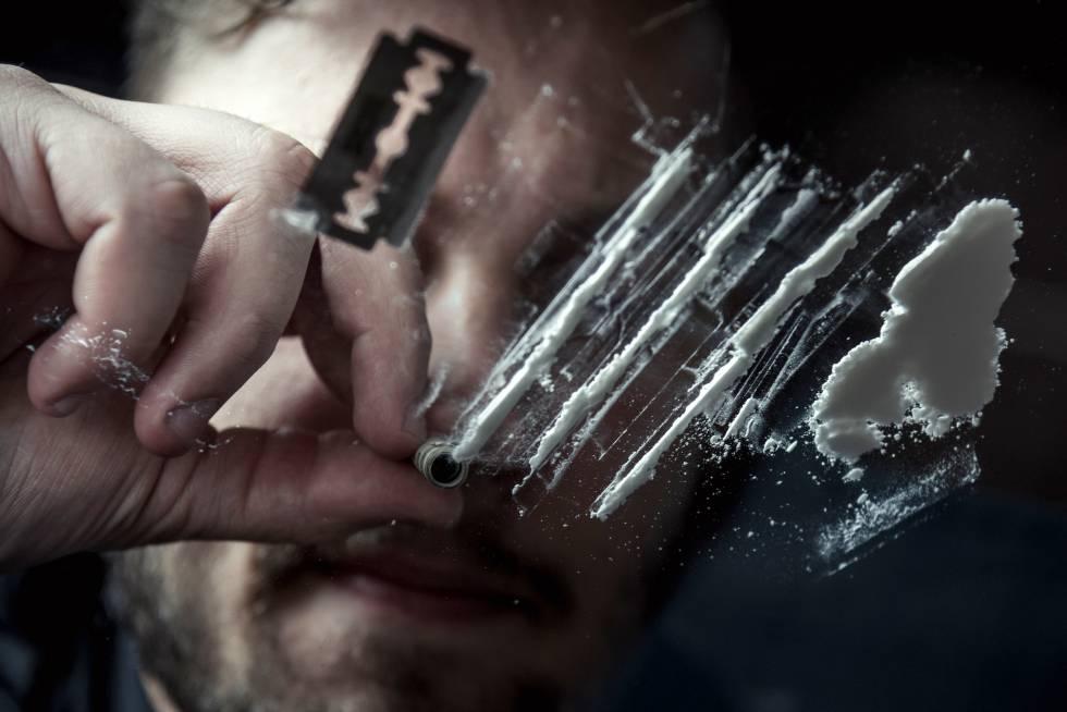 Un hombre esnifa cocaína.