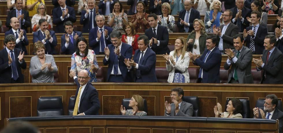 El PP aplaude a Montoro tras la aprobación del Presupuesto