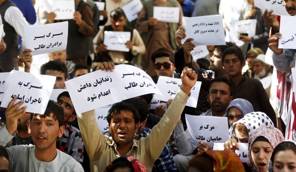 Manifestación contra el ISIS en Herat, Afganistán, tras el atentado de Kabul.
