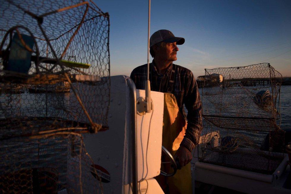 Aunque las posiciones de Trump han encontrado eco en Tangier, biólogos recuerdan que el cambio climático y el aumento del nivel del mar acelera el fenómeno de la erosión. En la imagen, un pescador arranca su bote para empezar la jornada de pesca.
