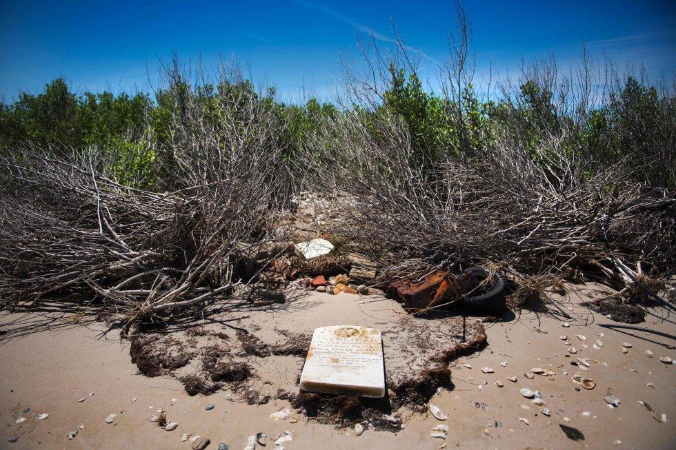 Abandonado en los años 30, el antiguo poblado Canaan recuerda que la erosión siempre ha sido un problema en Tangier. En la imágen, una lápida en la playa donde antes había un cementerio.