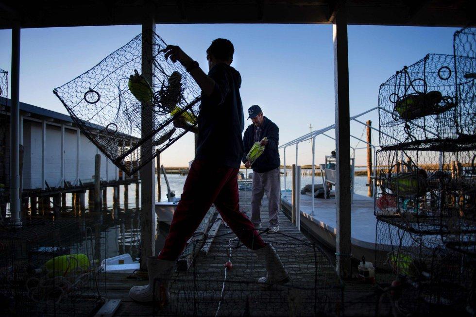 La lentitud administrativa frustra a los vecinos, que ven cómo sus hogares se ponen en riesgo. En la imagen, una familia de pescadores, cuyos antepasados se instalaron en la isla hace unos 200 años, se prepara para un día de pesca.