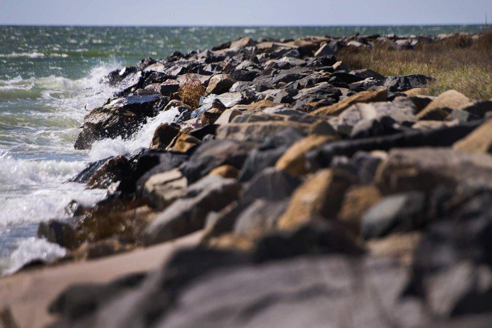 El agua golpea el dique diseñado por el Cuerpo de Ingenieros del Ejército en 1999 para prevenir la erosión. 'Cuando era niña e íbamos a la playa, nos llevaba casi una hora' recuerda una vecina. Hoy no tarda más de 10 minutos en alcanzar la costa desde el poblado.