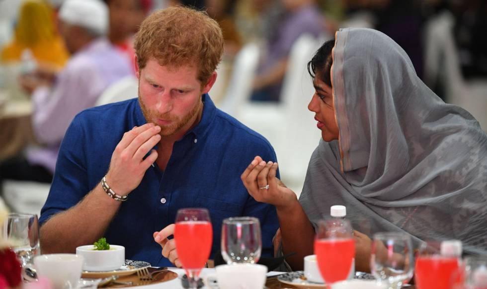 El príncipe Enrique, en una recepción en la organización Jamiyah Children's Home.