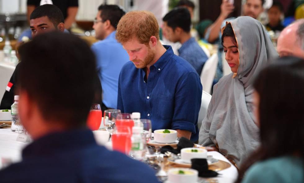 Enrique de Inglaterra, durante su participación en un 'iftar', la comida de ruptura del ayuno durante el mes musulmán del ramadán.