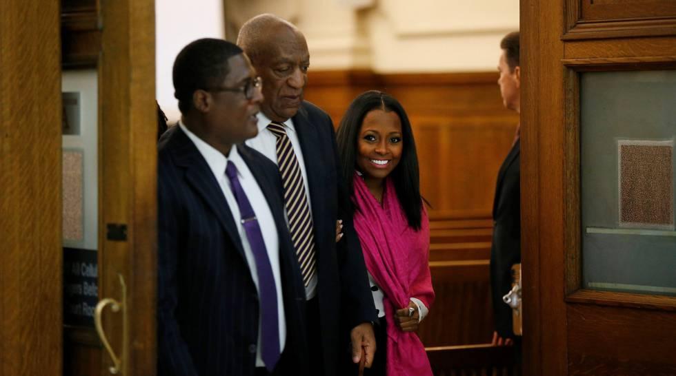 Bill Cosby, abandona la sala tras una pausa para la hora de la comida.