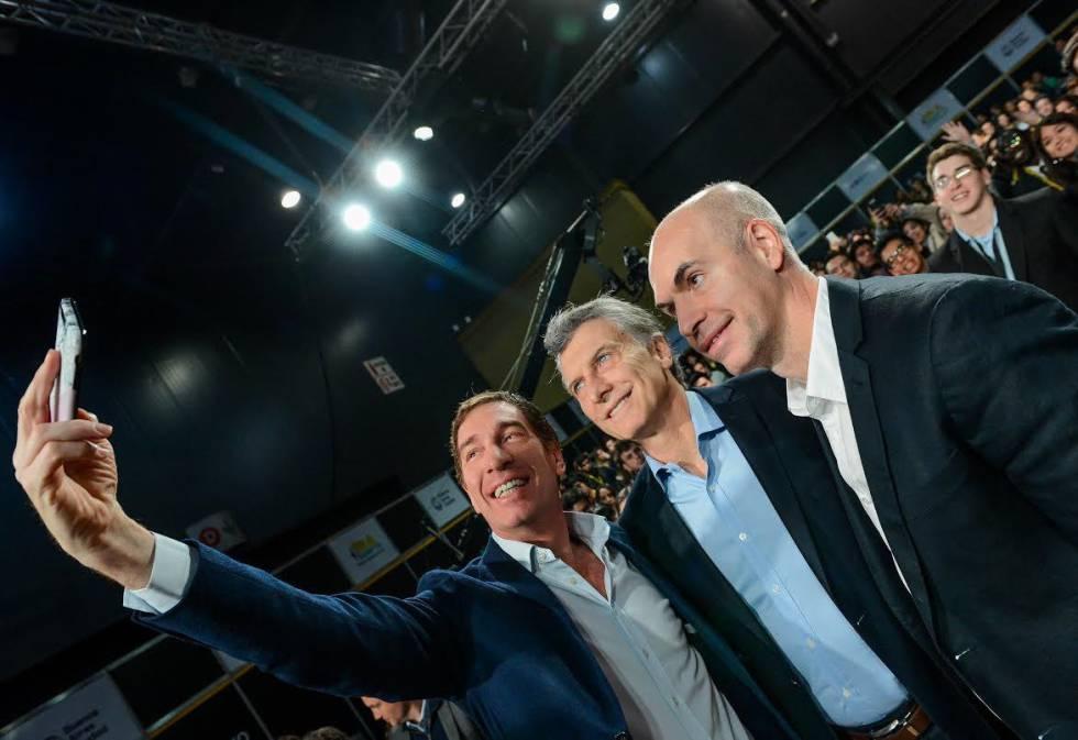 El presidente Mauricio Macri (centro), con el vicejefe de Gobierno de la Ciudad de Buenos Aires, Diego Santilli (izquierda) y el jefe de Gobierno, Horacio Rodríguez Larreta.