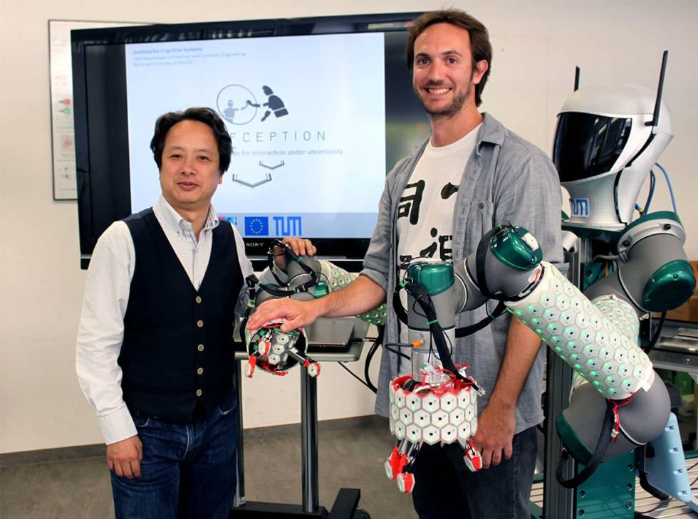 El ingeniero Pablo Lanillos (derecha) y su coordinador, Gordon Cheng.