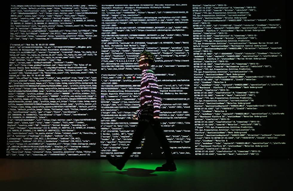 Proyección de datos de Twitter, Instagram y Transportes de Londres a cargo del estudio Tekjia para la exposición Big Bang Data.
