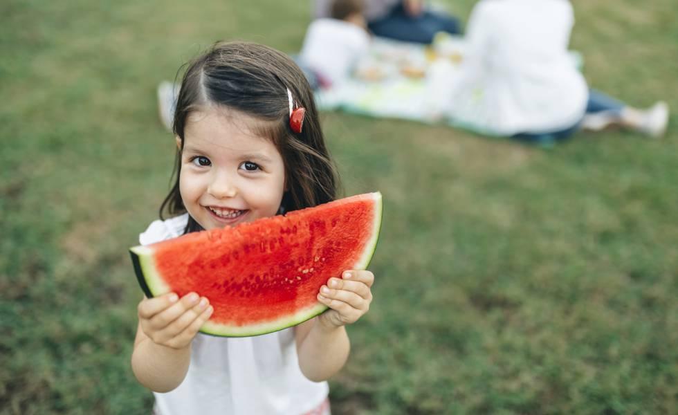 Con calor, los niños deben comer ligero, menos y más veces al día