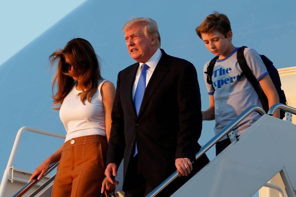 Donald Trump, Melania y Barron llegan a la base Andrews, a las afueras de Washington, tras pasar el fin de semana en el Trump National Golf Club de Bedminster, New Jersey.