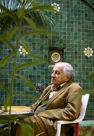 El escritor Juan Goytisolo, en sucasa de Marraquech.