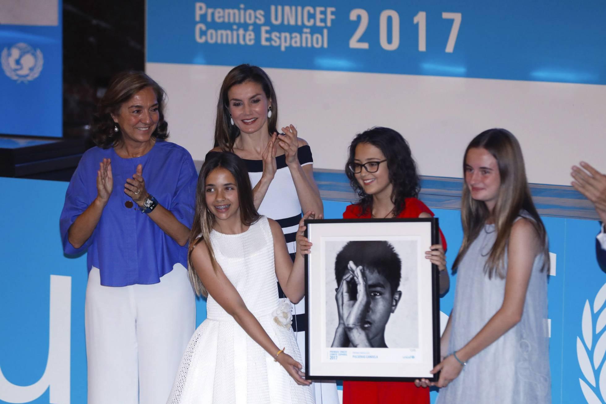 La reina Letizia entrega a las creadoras de Pulseras Candela, Daniela, Mariona y Candela, el Premio Moviliza. Emilio Naranjo EFE