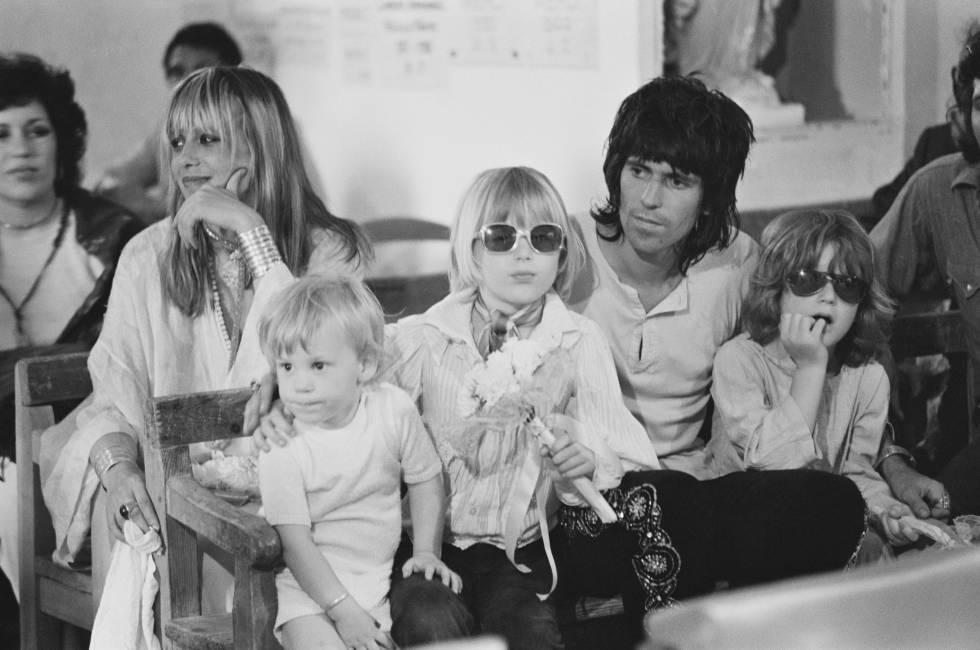 Keith Richards y Anita Pallenberg con su hijo Marlon (izquierda) y otros dos niños en la boda de Mick Jagger y Bianca De Macias celebrada en Saint-Tropez (Francia) en 1971.