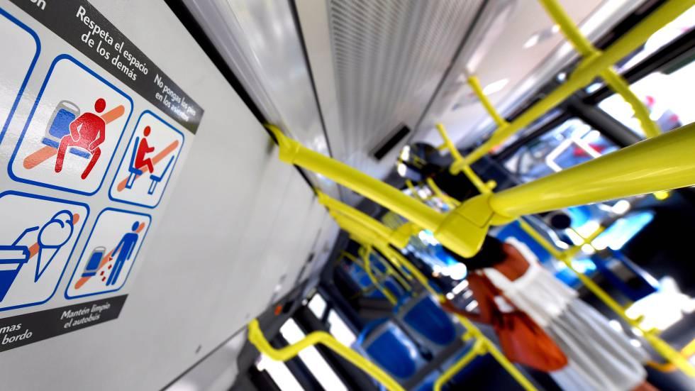 """Cartel en un autobus de la EMT con la nueva prohibición de """"despatarrarse""""."""