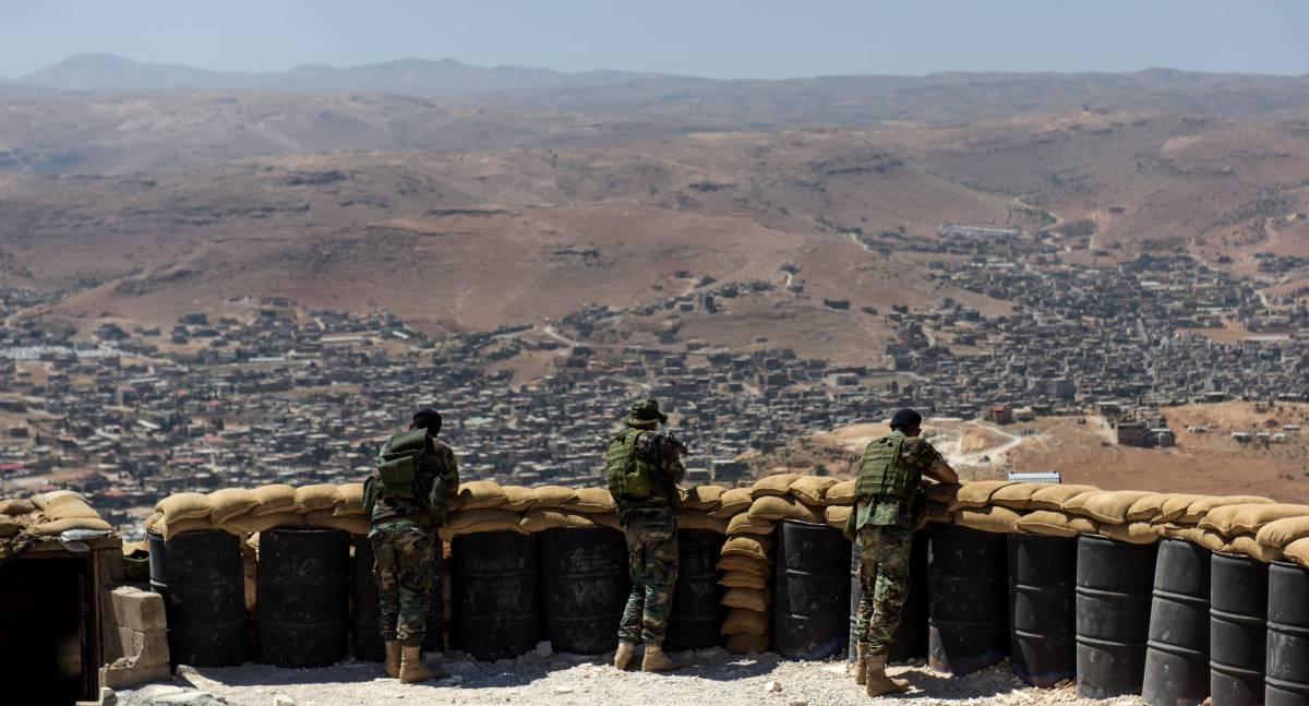 Soldados libaneses apostados en lo alto de una colina desde la que se ve Arsal.