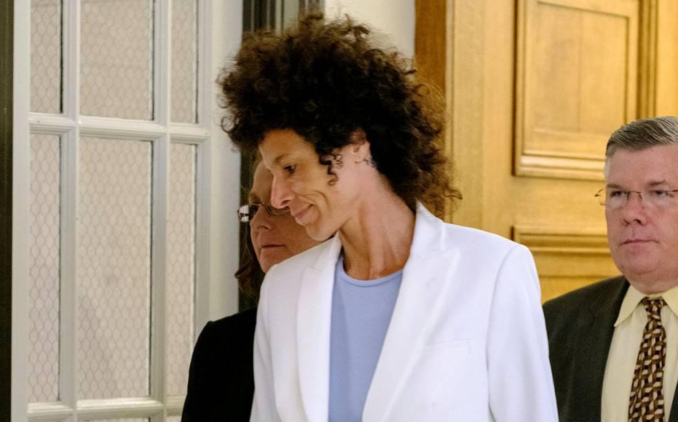 Andrea Constand sale de la vista en la que se anuló el juicio.