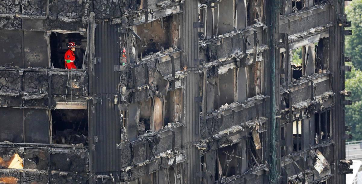 Los servicios de emergencia trabajan en la torre Grenfell de Londres, este sábado