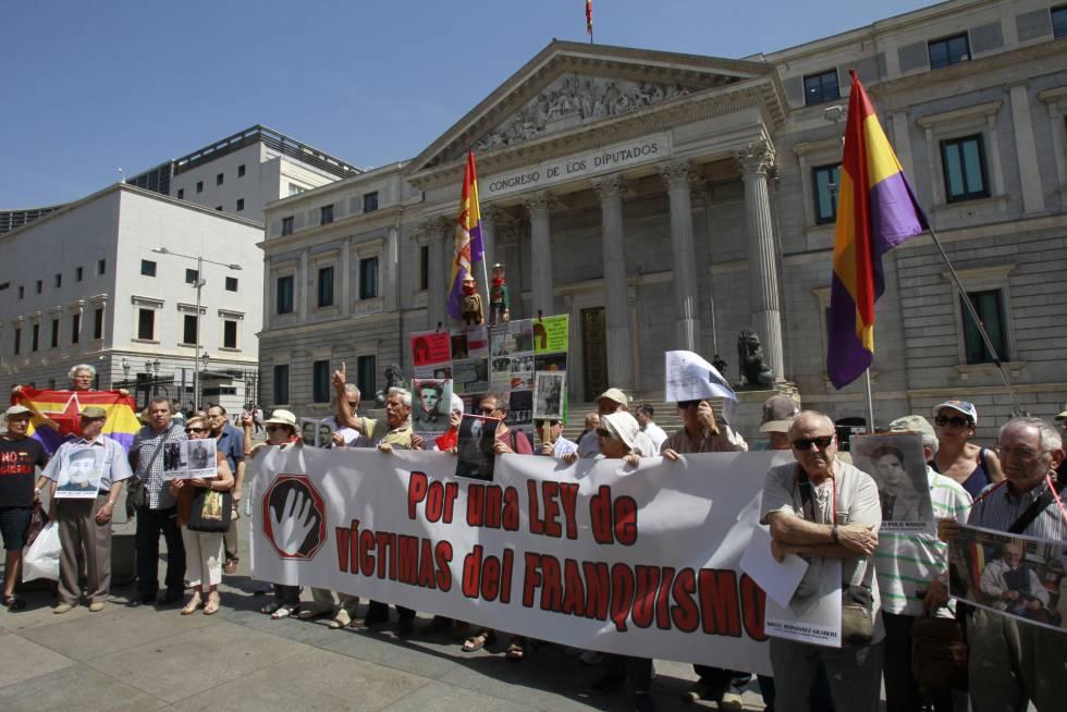 Manifestación ante el Congreso la semana pasada  en petición de una Ley de Víctimas del Franquismo.