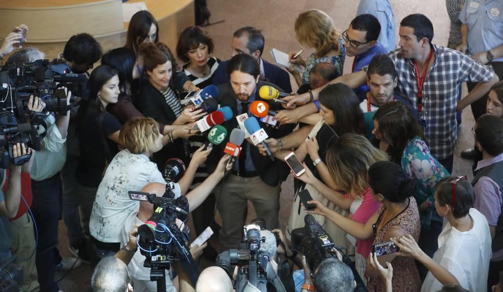 Pablo Iglesias atiende a los periodistas en la  Asamblea de Madrid.