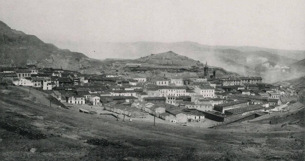 Humos tras el núcleo urbano de Minas de Riotinto, a principios del siglo XX.