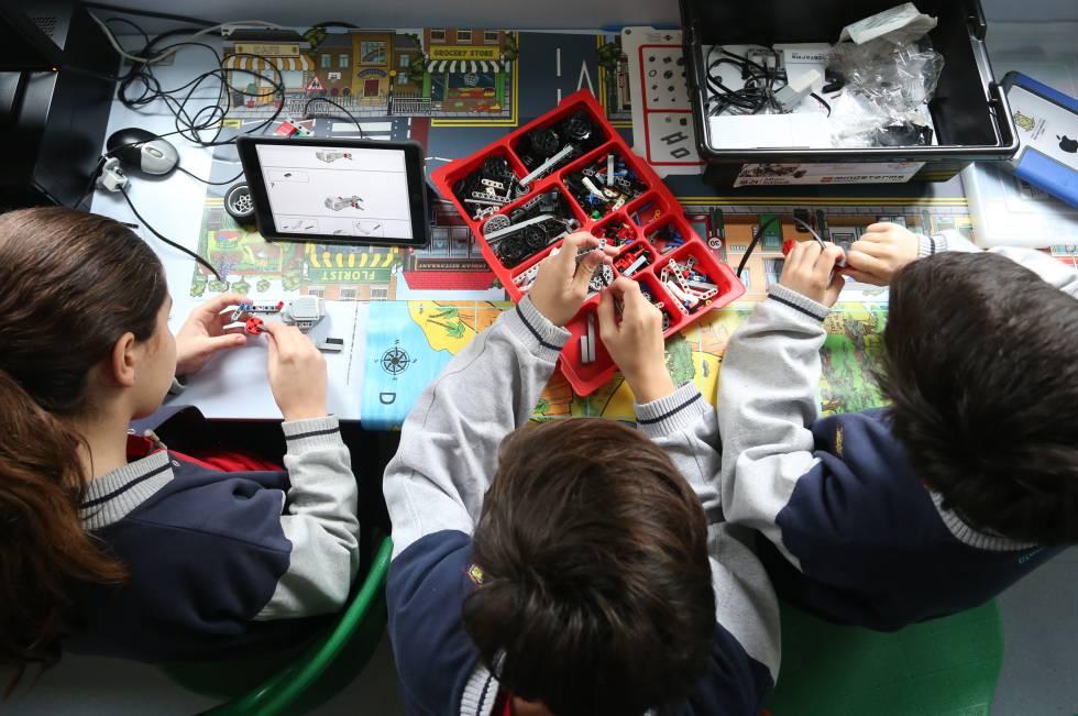 Niños en clase de tecnología manejando herramientas y piezas mecánicas en el colegio privado Brains María Lombillo, en Arturo Soria, Madrid.