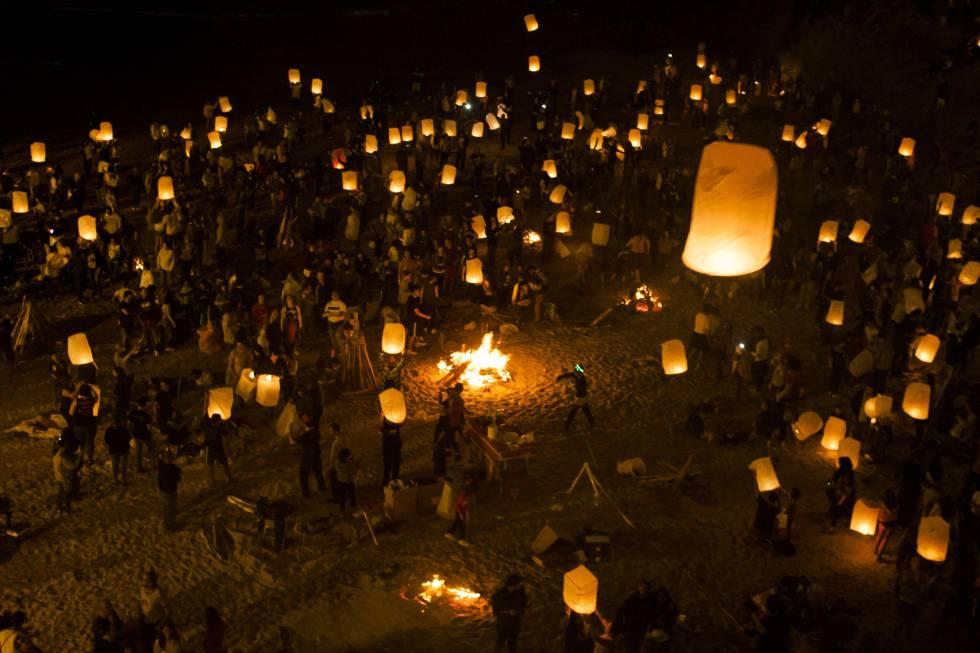Farolillos de papel en la celebración de la noche de san Juan en la playa de Riazor, A Coruña.