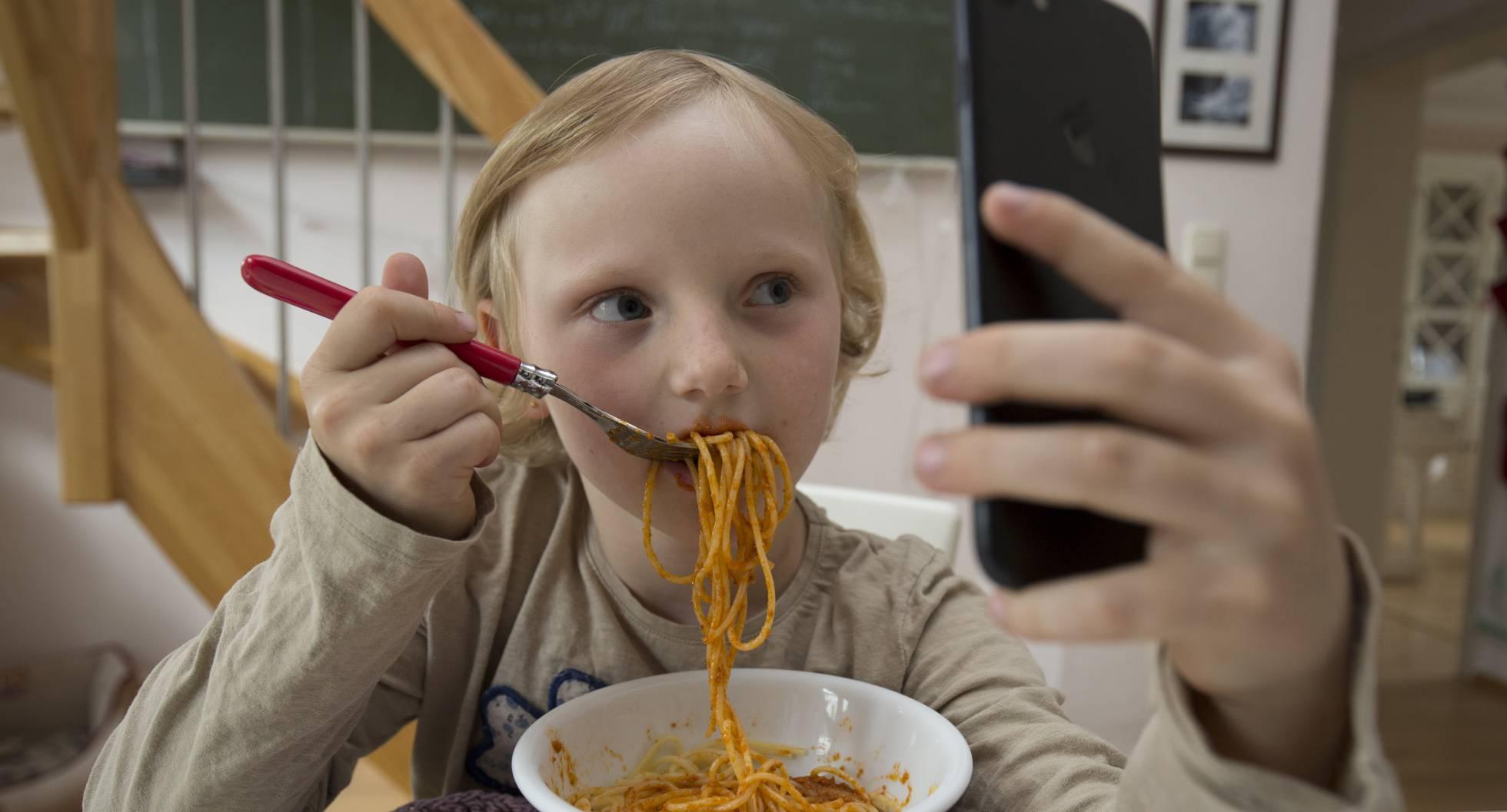 Quítale el móvil al niño