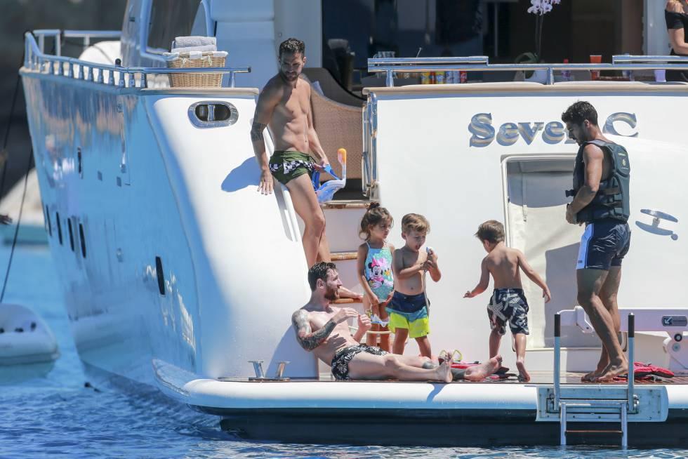 De izquierda a derecha, Cesc Fabregas, Lionel Messi y Luis Suarez con algunos de sus hijos durante las vacaciones en Ibiza a mediados de junio.