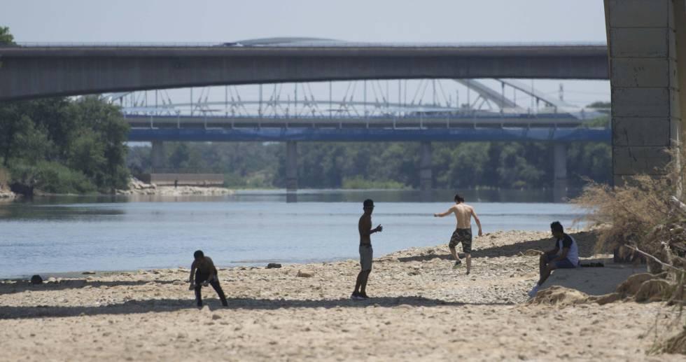 El río Ebro, con un caudal bajo mínimos por el impacto de la sequía. rn rn